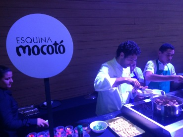 O chef Rodrigo Oliveira em ação